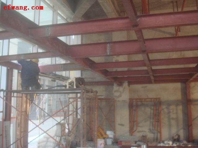 筋,间距是150mm。其实整个工程的设计重点是新楼板和原有结构的连接问题,我们发现很多业主和施工单位采用槽钢或者将原有结构梁凿开,在将新楼板的钢筋与原有结构梁钢筋焊接,这样做即不安全又破坏了原有结构梁的受力,我们建议尽量不采用,我们建议:采用植筋的方式,在原有结构梁上钻孔150mm,经过专业清孔后将优质12螺纹钢筋植进墙体采用超强植筋胶,外留锚固长度,再将新楼板钢筋与植筋绑扎连成一体。   2、材料:材料是决定质量的根本,建议业主请专业人士把好材料关,水泥要采用硅酸盐32.