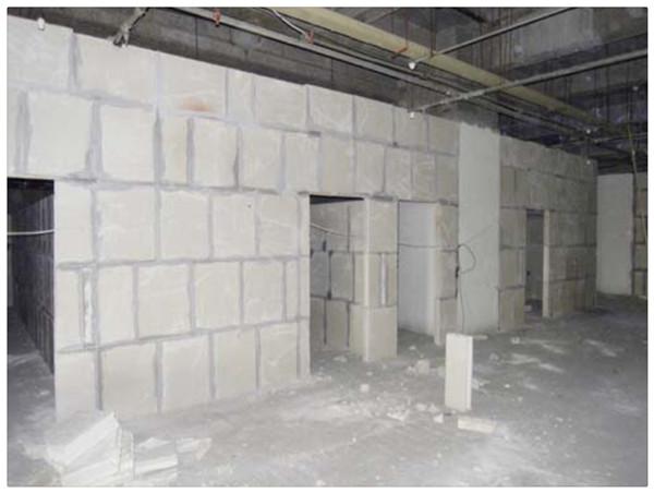 隔墙板、隔墙材料-中立建材。666*500*100mm 原材料本产品原材料主要利用脱硫石膏与磷石膏,通过专用模具浇铸而成的环保轻质隔墙砌块属于优质环保产品。断裂强度高建材部标准是1.5,本产品经检测为1.9-4.2。断裂荷载是中华人民-建材部颁标准《jc/t698-1998》的2-3倍多,安装时砌块与砌块之间采用绿色环保专用粘接剂粘合。重最轻以我厂生产的新型轻质砌块666mm500m120mm,每块重要小于15公斤。低于国家标准30公斤/块,降低了墙体对建筑物本身的荷载,最适宜高层住宅,大型网点,写