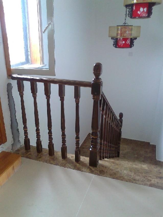 3拼接技术与油漆工艺       安步楼梯是采用长条直拼技术处理的,木材