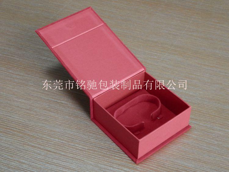 泡沫,折纸,缎布等为原料根据不用包装需要做成内盒制成的用来给有相应