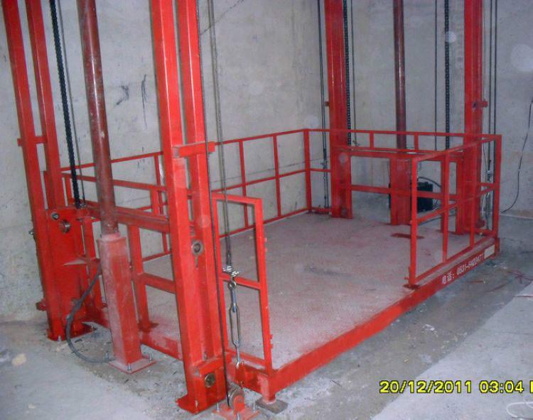 导轨式液压升降货梯是一种非剪叉式液压升降台,用于二层以上