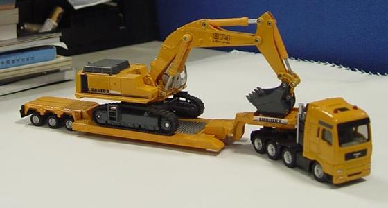 按照传动方式的不同,挖掘机可分为液压挖掘机和机械挖掘机.