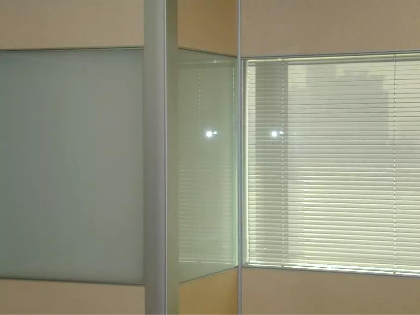 【隔断图】天津双层带百叶窗玻璃隔断效果图 天津玻璃隔断图片大全 玻璃隔断安装图片