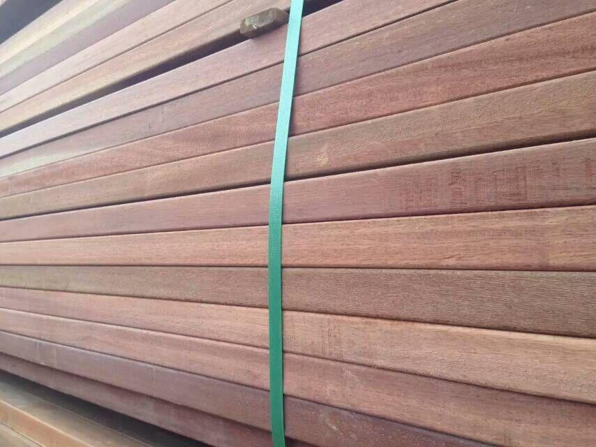 、山樟木户外地板、山樟木木方。山樟木热销电话 18616783437 【山樟木简介】   木材材性:   具光泽,新切面有强烈的樟脑气味。纹理直,结构略粗,质重硬,强度高,干缩中。加工容易,切面光滑,含硅石,易钝锯;油漆、抛光性能良好;钉钉易劈裂,含单宁,遇铁器会变色。略耐腐。气干密度0.
