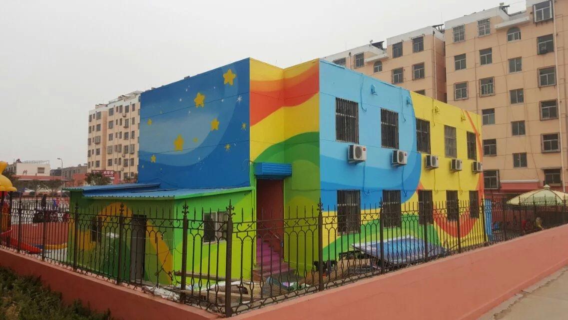 是近年来幼儿园装饰墙中用手绘涂鸦表现的最普遍方式