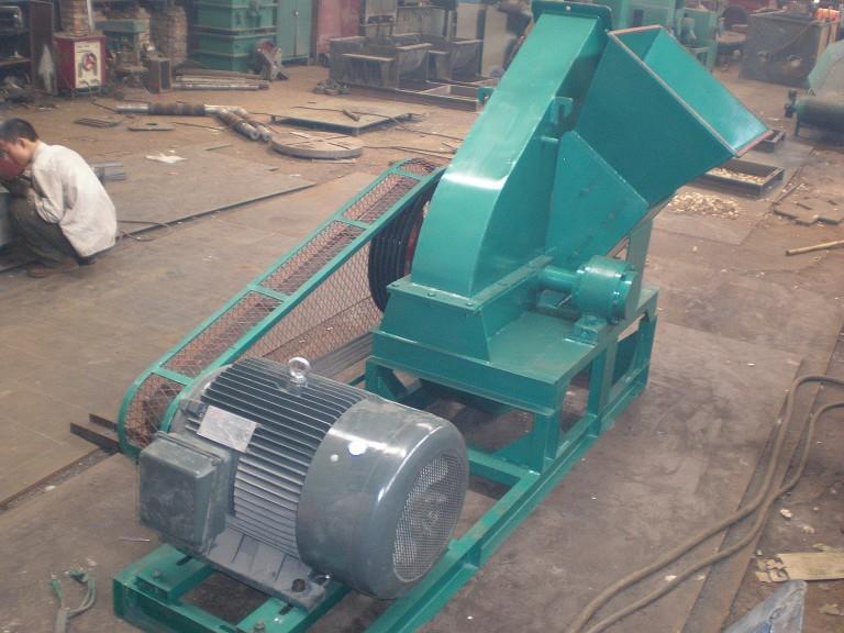 1,木材切片机采用低压或高压电机,大型盘式木材削片机有皮带轮传动和