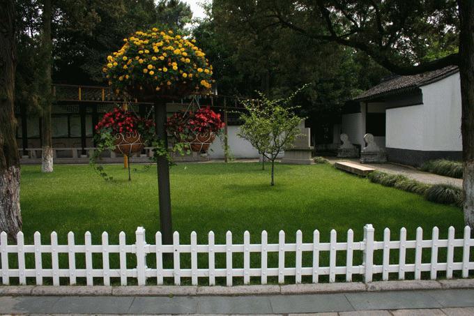 鄂州市庭院花圃草坪护栏护栏厂家护栏电话是多少图片