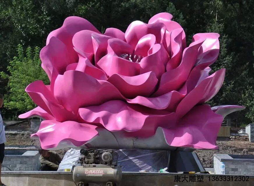 颜色鲜艳的不锈钢花朵雕塑