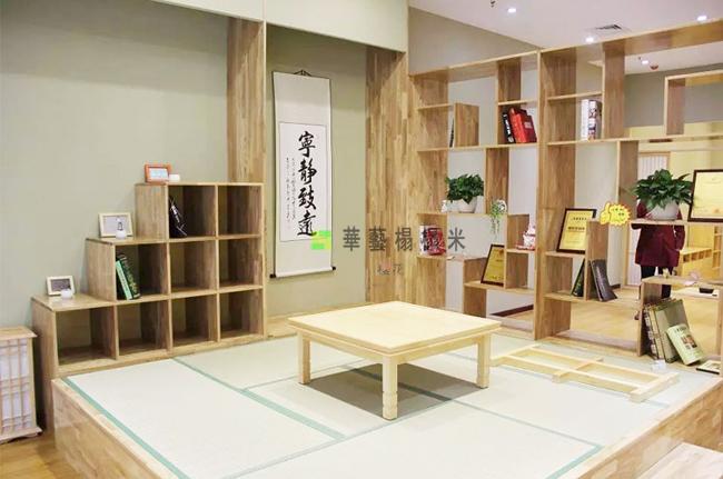华艺和室是一家专门生产榻榻米的厂家,目前有三大生产工地,经营的产品有木制品、和室榻榻米、榻榻米配件、