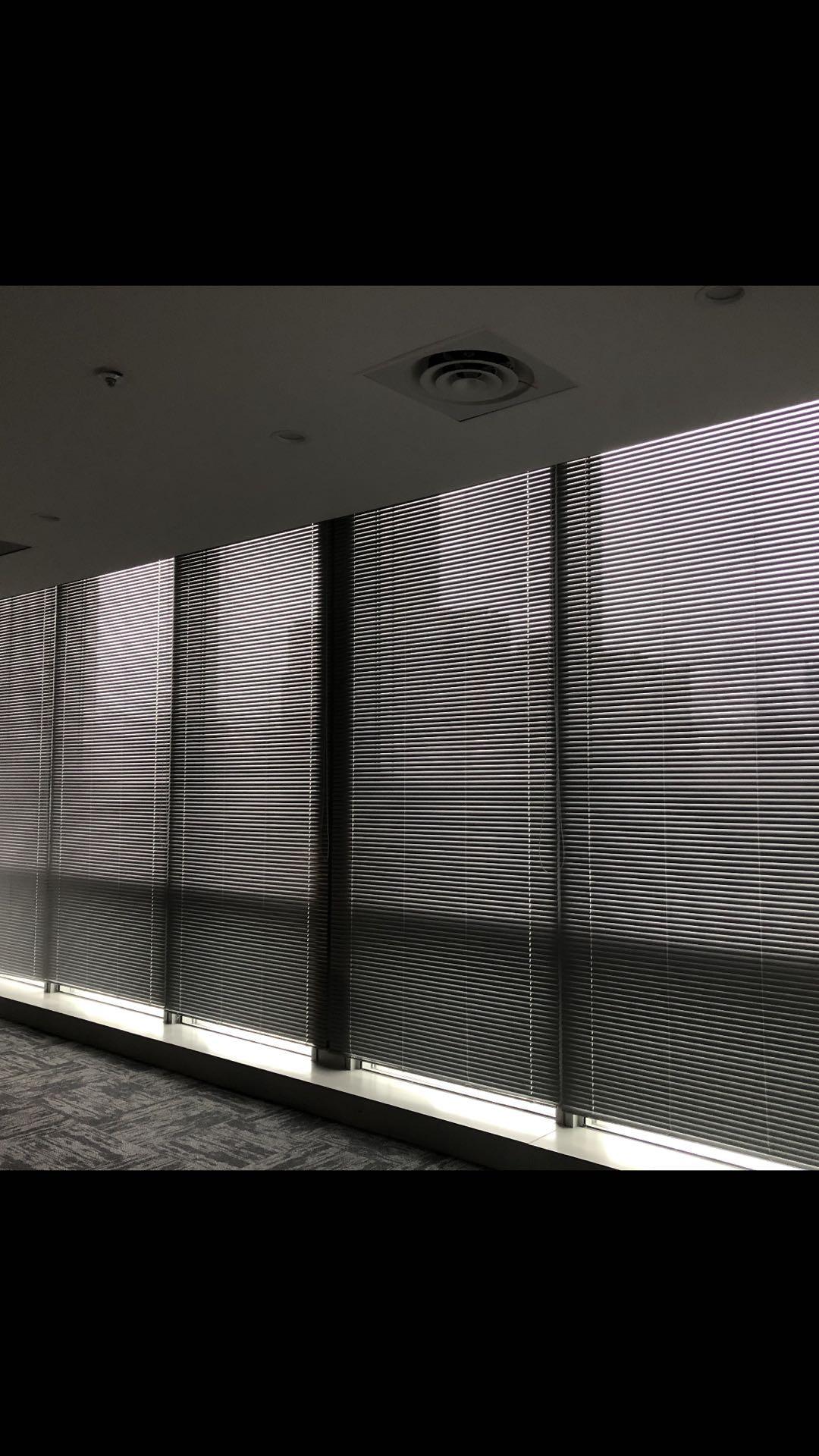 成都办公室玻璃隔断百叶窗帘、成都百叶窗帘、成都窗帘安装