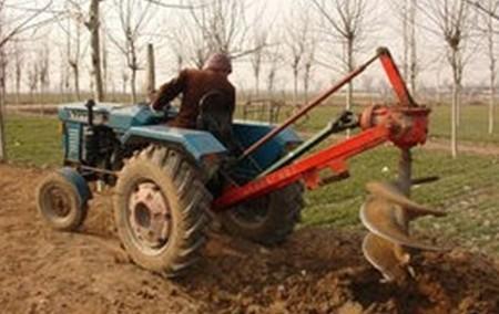 四轮车后置挖坑机